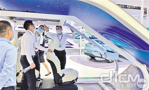 數字中國建設峰會與會者參觀福耀玻璃的科技產品